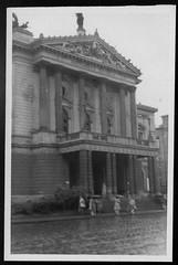 Archiv S11 National Oper, Prag, 1950er (Hans-Michael Tappen) Tags: archivhansmichaeltappen altecssr tschechien ostblockzeit 1950s 1950er prag stadtgeschichte geschichte architektur baustil history altečssr prague nationaloper oper regenwetter