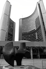 Public Art (Viejito) Tags: architecture cityhall curves viljorevell architect art arte kunst henrymoore sculptor sculpture escultura bronze nathanphillipssquare toronto ontario canada queenstreet geotagged geo:lat=43652837 geo:lon=79383996 canon s100 canons100 powershot gallery movable portable fence crowd control barrier bw monochrome blackwhite blackandwhite cans2s
