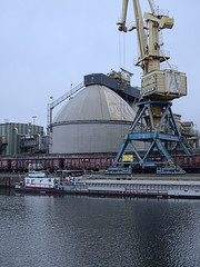 Hafen-Königs-Wusterhausen_e-m10_101C026439 (Torben*) Tags: rawtherapee olympusomdem10 olympusm25mmf18 königswusterhausen brandenburg hafen harbor kran crane binnenschiff riverboat silo