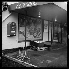 Fejø (tiltdesign2016) Tags: ilfordilfosol319 ilfordhp5400asa 400800 analogphotography bw dänemark denmark canoncanoscan9000f mittelformat fejø fejo yashicamat124g kaufmann købmand