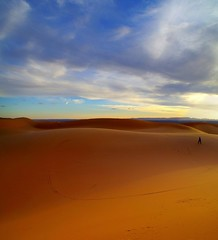 orizzonte (enrico sprea) Tags: orizzonte dune deserto sabbia duna ergchebbi merzouga darkaoua marocco morocco tafilalt meknèstafilalet تافيلالت ⵜⴰⴼⵉⵍⴰⵍⵜ المملكةالمغربية maghreb ⵜⴰⴳⵍⴷⵉⵜⵏⵍⵎⴰⵖⵔⵉⴱ taglditnlmaɣrib regnomaghrebino عرقالشبي saharadesert الصحراء sahara nordafrica sunset allaperto pentaxlife desertosabbioso paesaggio persona coucherdusoleil silenzio vento sera crepuscolo almamlakaalmaghribiyya twāreg tagelmust imūshāgh tuaregh cielo nuvole orme africa colori tramonto nuvola