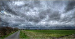 cloudy day (Andy Stones) Tags: clouds cloud cloudscape sky skywatching weather weatherwatch horizon nature naturephotography naturelovers natureseekers lincolnshire northlincs northlincolnshire nlincs countryside farmland lane road photography photoof scunthorpe trees hedgerow foilage