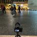 Eine Kamera auf einem Stativ macht ein Foto von der Mimi e Coco Wine bar in Rom, Italien