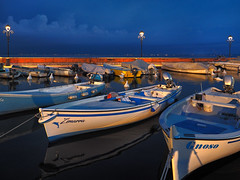 Blue hour on Lake Garda (Ostseeleuchte) Tags: gardasee garda lakegarda italy blauestunde bluehour hafenharbor boote schiffe boats ships spiegelungen reflections warmeslicht