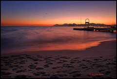 La vague rouge et la plage de sable. Cannes. (Tonino A) Tags: couleurs or jaune tour horizon rouge ponton estérel traces fuji xt1 pose longue sable plage cannes sunset tramonto