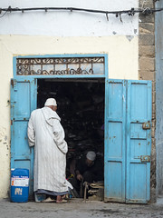 Looking in (Markus Jansson) Tags: morocco essaouira street streetphotography streetphoto door doorway