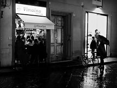 Vinaino Fiorenza (Pierrot le chat) Tags: streetphotography scènederue night florence italy noiretblanc blackandwhite umbrella parapluie rain