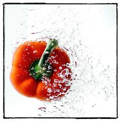 Veggie Splash IV (explored 2019-01-17) (Tom Levold (www.levold.de/photosphere)) Tags: wasser blasen water bubbles nikon d7000 rotepaprika redpepper paulleclairestudio