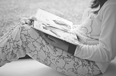 Je veux un câlin! (esterc1) Tags: libro leer ventana niña pijama sheep smileonsaturday crazytuesday blackandwhite