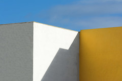 White and yellow wall (Jan van der Wolf) Tags: map168311vv architecture architectuur wall muur walls white wit yellow shadow schaduw shadowplay schaduwen schaduwspel arinaga grancanaria gevel gebouw geometric geometrisch geometry