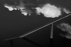 Plongeon dans les nuages (cactus2016) Tags: reflets reflection géométrie minimalisme blackandwhite noiretblanc clouds lignes abstrait abstraction absoluteblackandwhite