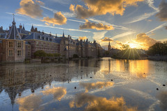 Binnenhof tijdens zonsondergang (Rob Kints (Robk1964)) Tags: denhaag mauritshuis binnenhof buildings government hetplein hofvijver innercourt nederland night pond reflections thehague thenetherlands
