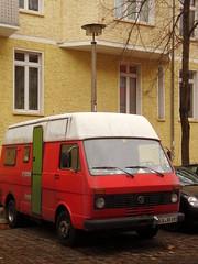 gewohnt und mobil *197 / gesichtet in Lichtenberg (galibier2645) Tags: vw wohnmobil lichtenberg kopfsteinpflaster ostlampe rsl laterne