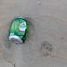 Am Strand liegen gelassene Bierdose zeigt Umweltverschmutzung