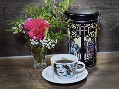 Kaffee am Abend (ingrid eulenfan) Tags: 2019 kaffeepause coffeebreak 365project coffee cup coffeepot tasse vase blumen flowers kaffee dose nelken saeco caffe
