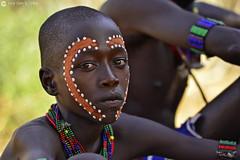 20180925 Etiopía-Turmi (1156) R01 (Nikobo3) Tags: áfrica etiopía turmi etnias tribus people gentes portraits retratos culturas color tradiciones travel viajes nikon nikond800 d800 nikon7020028vrii nikobo joségarcíacobo sit sitting seated hamer