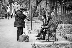 CONVERSACIÓN (ERNESTOMG) Tags: street photography fotografia de calle ciudad mexico cdmx black white blanco y negro