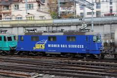 WRS Widmer Rail Services AG Lokomotive Re 4/4 III bzw. Re 436 114 - 3 CH - WRSCH mit Werbung Synopsis AG und Re 436 111 - 9 CH - WRSCH mit Kesselwagenzug 41685 B.asel B.ad B.f - D.omo II ( 328 m - 1`600 t ) am Bahnhof Spiez im Kanton Bern der Schweiz (chrchr_75) Tags: christoph hurni schweiz suisse switzerland svizzera suissa swiss chrchr chrchr75 chrigu chriguhurni chriguhurnibluemailch albumzzz201812dezember dezember 2018 albumbahnhofspiez bahnhof spiez kantonbern berner oberland eisenbahn bahn