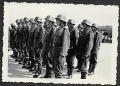 Peter845 WWII, Vereidigung 1941 (Hans-Michael Tappen) Tags: archivhansmichaeltappen albumb peterhuber 19301950 wwii vereidigung wehrmacht 1941 uniform stahlhelm gruppenfoto lederstiefel soldat soldaten