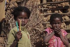 Doni al villaggio Tanala (Letizia Misino) Tags: mada madagascar africa afrique south sud voyage travel viaggio luna di miele nozze canon pancake street road doni regali donazioni villaggio tanala