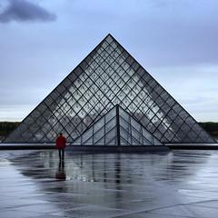 L'homme au manteau rouge // The man with a red coat (erichudson78) Tags: france iledefrance paris1er lelouvre pyramid pyramide architecture canonef24105mmf4lisusm canoneos6d reflets reflection square carré