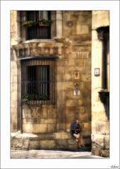 ¿Un WhatsApp a Jimena? (V- strom) Tags: retrato portrait arquitectura arquitecture personas people ventanas windows historia history hierro iron piedra stone granito granite luz light nikon nikon2470 nikond700 vstrom texturas textures construcción building edificación edificio muro wall