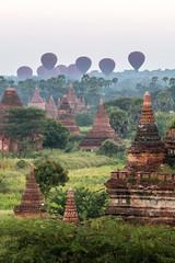 Décollage des montgolfières pour le lever du soleil (Seb & Jen) Tags: bagan myanmar burma birmanie mandalayregion myanmarbirmanie oldbagan nyaungu royaumedepagan temple pagode pagoda sunrise soleil montgolfiere balloon bulethi
