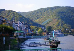 Boppard: along the Rhine (green voyage (falling behind again)) Tags: boppard uppermiddlerhinevalley rhinegorge middlerhine mittelrhein rheinlandpfalz rhinelandpalatinate germany deutschland towns rivers rhineriver riverrhine rhinevalley rhein piers waterfronts quays riverbanks boats cruiseboats flags unescoworldheritagesite afternoon autumn october