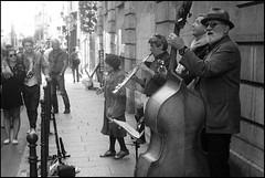 Street musicians in Paris (madras91) Tags: nb noiretblanc blackandwhite bw monochrome film ilford hp5 summitar5cmf2 summitar iiif leicaiii street streetphotography paris musician