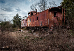 Derelicts. (Mr. Pick) Tags: atsf whoe walkinghorse eastern shelbyville tn tennessee bedford caboose rusty rust abandoned