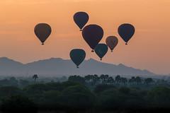 Lever du soleil sur la plaine de Bagan (Seb & Jen) Tags: bagan myanmar burma birmanie mandalayregion myanmarbirmanie oldbagan nyaungu royaumedepagan sunrise soleil montgolfiere balloon bulethi