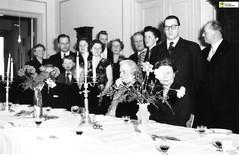 tm_6229 (Tidaholms Museum) Tags: svartvit positiv gruppfoto interiör blomvas högtid fest människor ljusstake