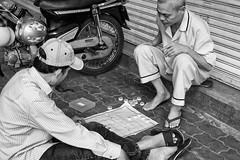 Playing games in the afternoon (gambajo) Tags: vietnam asia street streetphotography people game play menschen spiel spielen hanoi man mann männer strase strasse