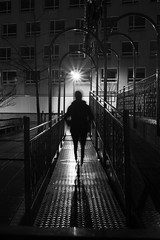 2018 Décembre - Fête Foraine (Lorient).020 (hubert_lan562) Tags: lorient noir blanc rue street black white soir nuit 56 silhouette homme femme personne lumiere light morbihan