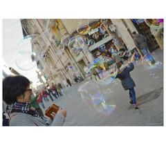 _PXK0148b (Concert Photography and more) Tags: 2018 december winter pisa street streetphoto people kids play bubble bubbles pentax pentaxk11 petax50mmf14 hdpentaxfa50mmf14sdmaw liveactionhero
