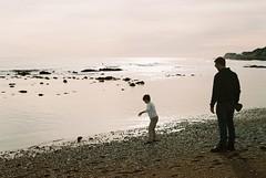 Skimming Stones (Chi Bellami) Tags: film fujifilm fujicolor c200 pentax supera smcpentaxa50mmf17 35mm slr manualfocus scanned scan colour c41 negative westendcameras chibellami ventnor isleofwight beach shore sea coast seaside sand oliver family