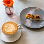 Ein Stück Kürbiskuchen mit einer Tasse Cappuccino aus frisch gerösteten Bohnen im Kaffeesaurus in Köln thumbnail