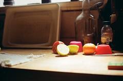 amaneciendo (facumjuarez) Tags: frutas tomate limón colores color kitchen cocina mesa mesada table