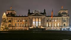 Weihnachten am Reichstag (swordsweeper) Tags: berlin reichstag deutscherbundestag germany deutschland hauptstadt capital europa europe weihnachten weihnachtsbaum christmas tree
