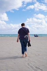 To the sea (Z!SL) Tags: florida mirrorless minoltaemount sony emount a6300 sel24f18za carlzeiss zeiss sonnar horizon sky sand bleu blau blai blue water people ocean sea walking