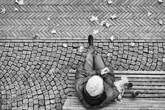 Pause (Deinert-Photography) Tags: frau streetfotografie deutschland flickr cityschlachte fujifilm23mmf14 schwarzweis bremen schwarzweiss deinert fujifilmxt3 street blackwhite citylife fuji hb hansestadt streetart streetphoto streetphotography ubanphotography urban woman xt3