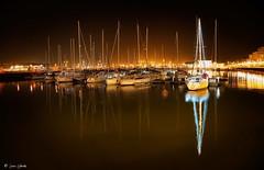 Vigilante nocturno (galavardo) Tags: fujifilm xt100 1545mm puertodeportivo gijón asturias españa spain noche night barcos ships mirrorless