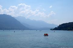 Annecy le lac (Maxime Guéry) Tags: lac eau annecy ville café paysage montagne montain été hautesavoie auvergnerhônealpes savoie alpes landscape ciel tourisme bleu bateau vélos vélo architecture