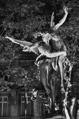 Gloria Victis (1874) # 3 (just.Luc) Tags: bn nb zw monochroom monotone monochrome bw man male homme hombre uomo mann nu nude nudo desnudo naakt nackt naked vrouw femme frau donna mujer woman angel ange engel ailes wings vleugels flügeln bordeaux gironde nouvelleaquitaine france frankrijk frankreich francia frança night nacht nuit dark donker dunkel europa europe art kunst public publiek outside