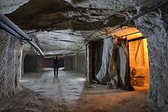Une photo de chiotte (flallier) Tags: carrière souterraine tuffeau craie tunnel galerie roulage silhouette tuyaux wc toilettes chiottes souterrain underground chalk quarry champignonnière nikon d800 zeiss distagon 18mm