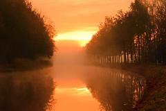 Battle between sun and mist (Alex Borst) Tags: apeldoorn gelderland guelders nederland netherlands holland apeldoorns kanaal canal water mist misty morning sunrise sun zonsopkomst zon klarenbeek nevel nebel fog brouillard soleil