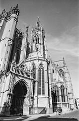 Cathédrale de Metz 3 (Tormod Dalen) Tags: mx smcpentax2435 tx400 metz france cathedral catédrale church eglise city architecture argentique film bwfilm noirblanc lorraine kodak pentax vintage vintageglass