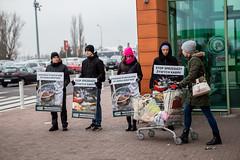 Auchan Poznań2.d (Otwarte Klatki) Tags: aktywizm karpie streetwork