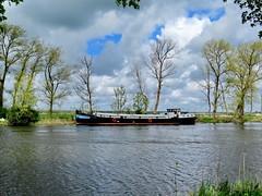 Woonboot / Boat (Mattijsje) Tags: vreeland holland nederland netherlands vecht landschap water river rivier trees bomen luchten lucht clouds wolken ship boot boat schip