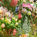 Nahaufnahme von Verkaufsauslage verschiedener bunter Blumen in Vasen